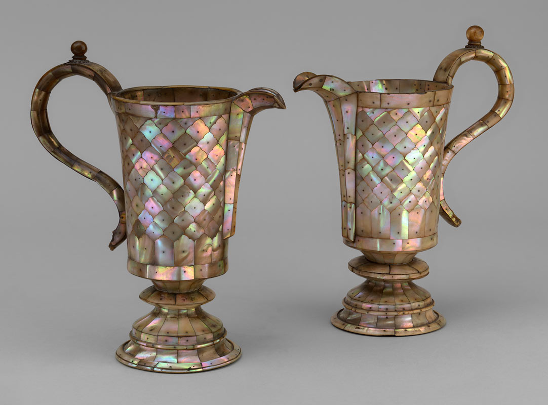 A pair of mother-of-pearl ewers - 17th Century, Gujarat, India